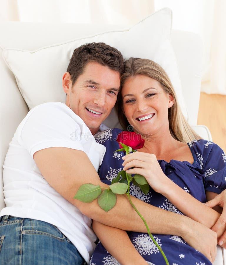 Amoureux romantiques détendant sur le sofa photos libres de droits