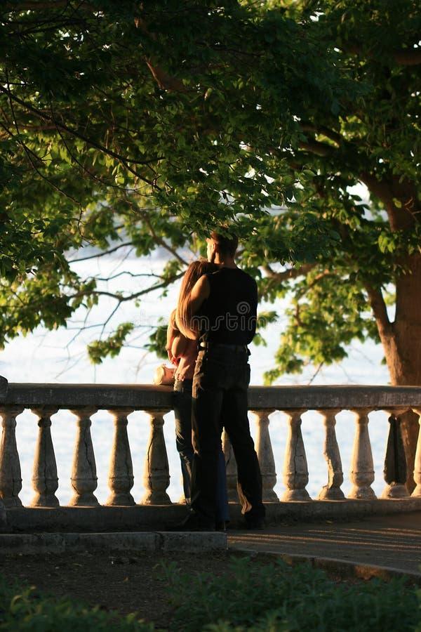 Amoureux sur la plage au coucher du soleil images libres de droits