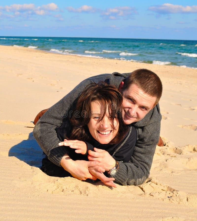 Amoureux sur le sable photographie stock libre de droits