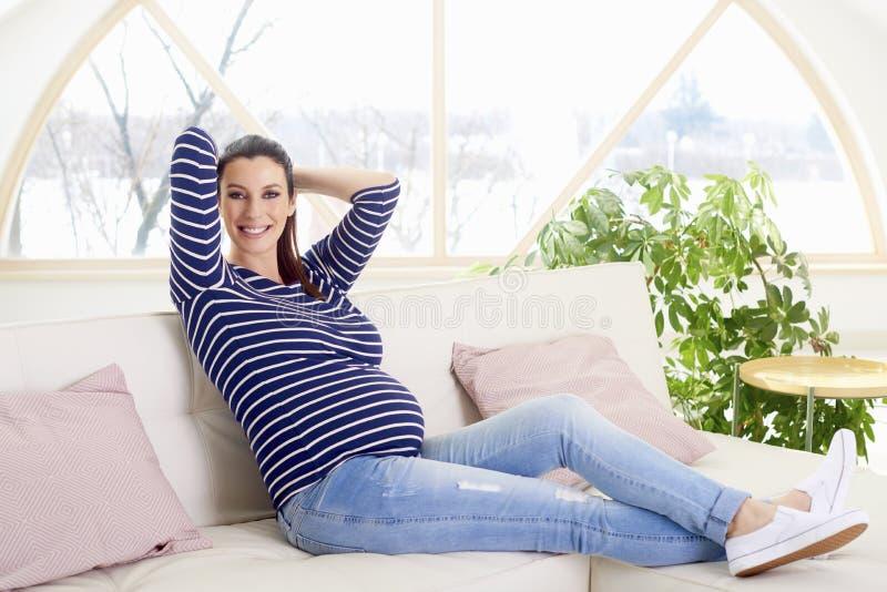 Amours de jeune femme étant enceintes photo stock