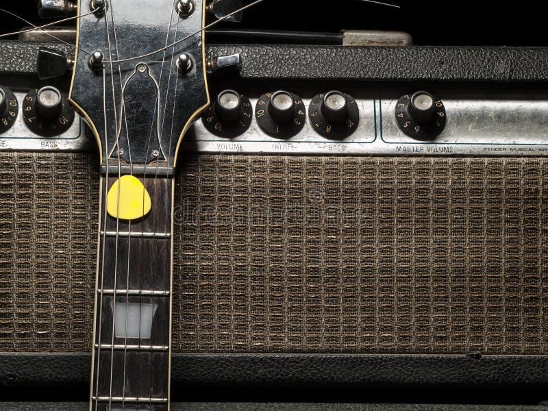 Ampère gasto e guitarra elétrica fotografia de stock