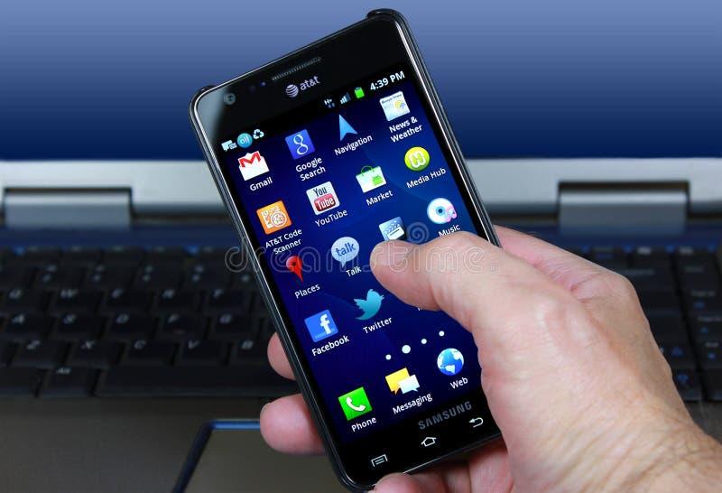 AT&T Smartphone Con Los Iconos Sociales De Los Media Foto de archivo editorial