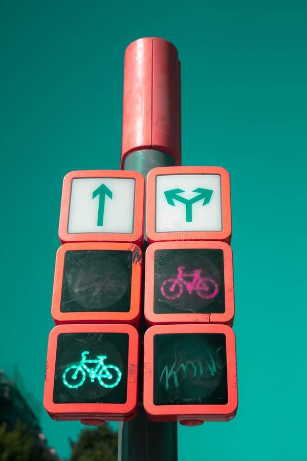 Ampel Anzeichen für Autos und Radfahrer lizenzfreies stockbild