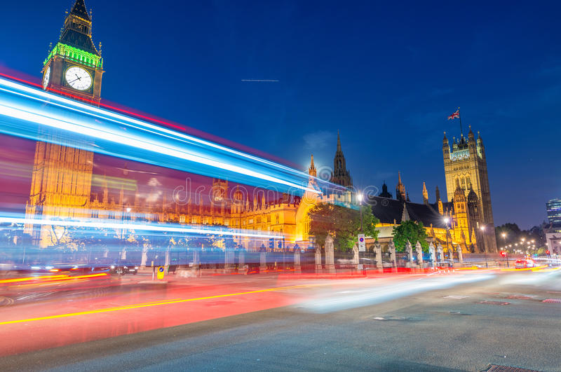 Ampel schleppt unter Big Ben auf einer schönen Sommernacht - lizenzfreie stockfotografie