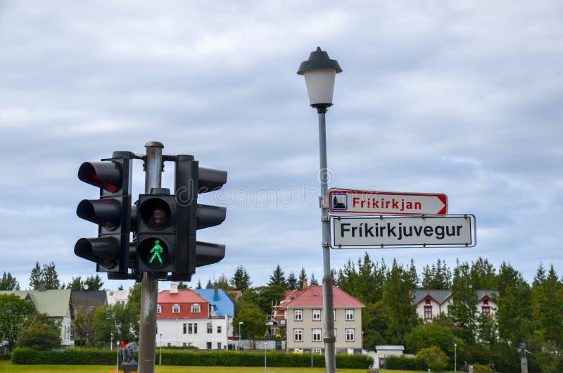 Ampel und Straßenschild in Reykjavik, Island lizenzfreies stockbild
