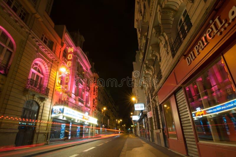 Ampeln und Nachtansicht des Theaters Megador, Paris lizenzfreies stockbild