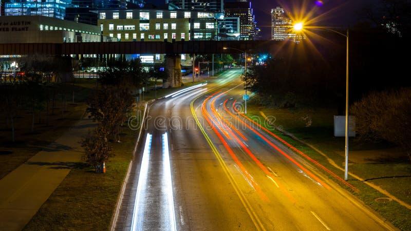 Ampelspuren von beweglichen Autos auf Lamar Street in Austin, Texas mit Gebäuden im Hintergrund stockbilder