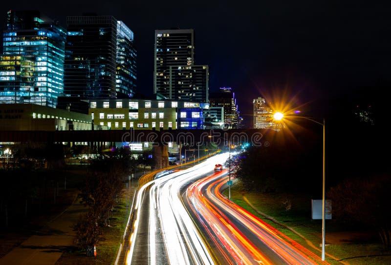 Ampelspuren von beweglichen Autos auf Lamar Street in Austin, Texas mit Gebäuden im Hintergrund lizenzfreies stockbild