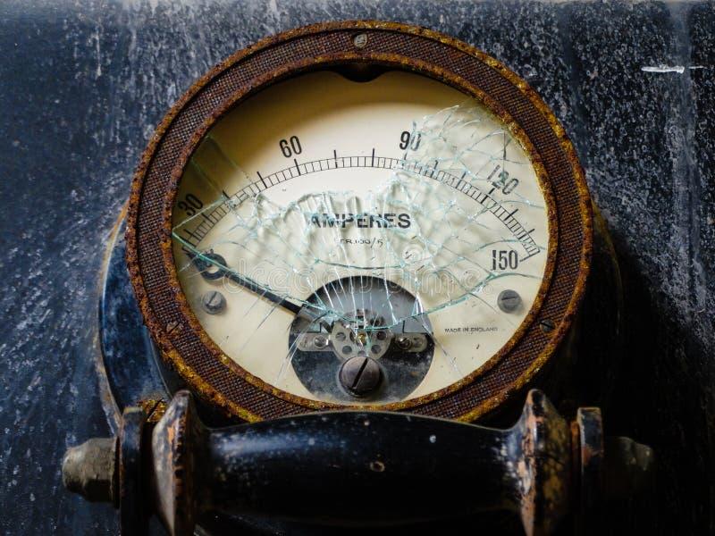 Amperemeter som presenterar slagit exponeringsglas arkivfoto