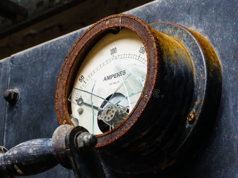 Amperemeter som presenterar slagit exponeringsglas arkivbild