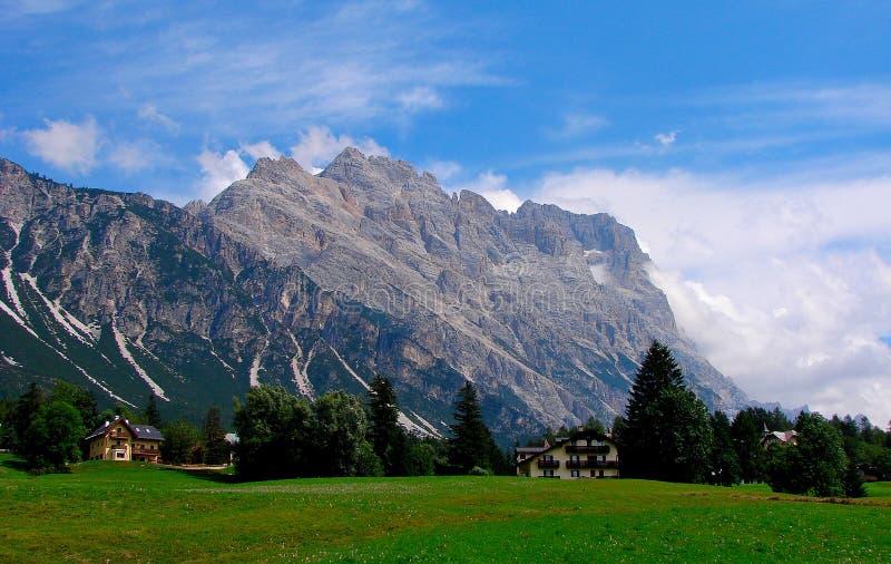 ` Ampezzo för Cortina D har tusen åriga historia och en lång tradition som en turist- destination: Dolomitesberg royaltyfri bild