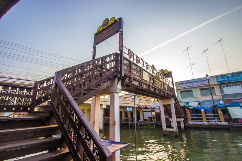 Amphawa区,夜功府,4月13,2019的泰国:横跨Amphawa运河的木桥在Amphawa浮动市场上 免版税库存图片