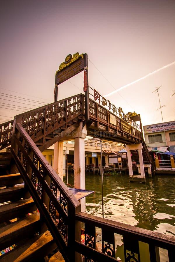 Amphawa区,夜功府,4月13,2019的泰国:横跨Amphawa运河的木桥在Amphawa浮动市场上 库存照片