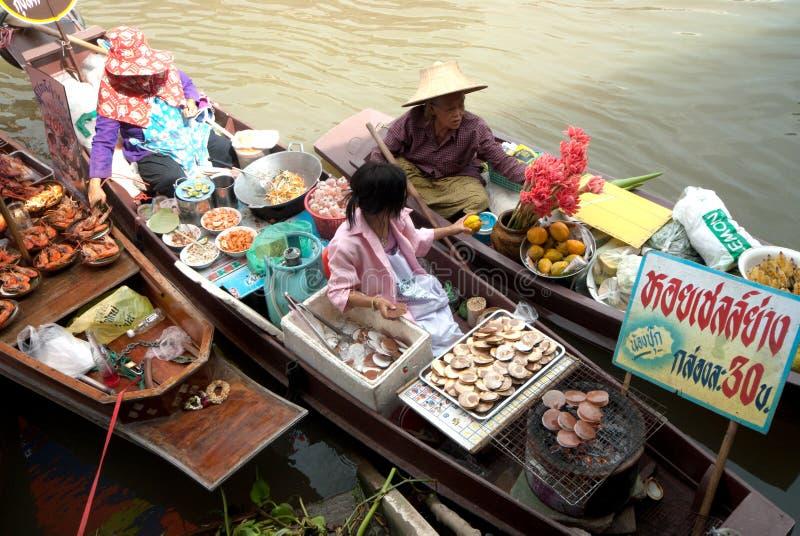 Amphawa晚上浮动市场在泰国的中部。 库存照片