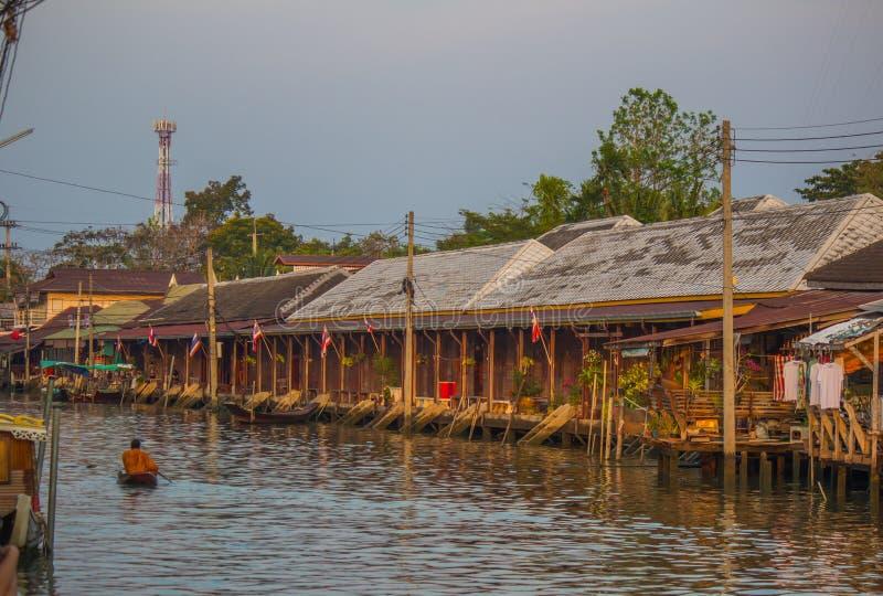 Amphawa浮动市场,夜功府,4月13,2019的泰国:和尚行接受食物奉献物的小船f 库存照片