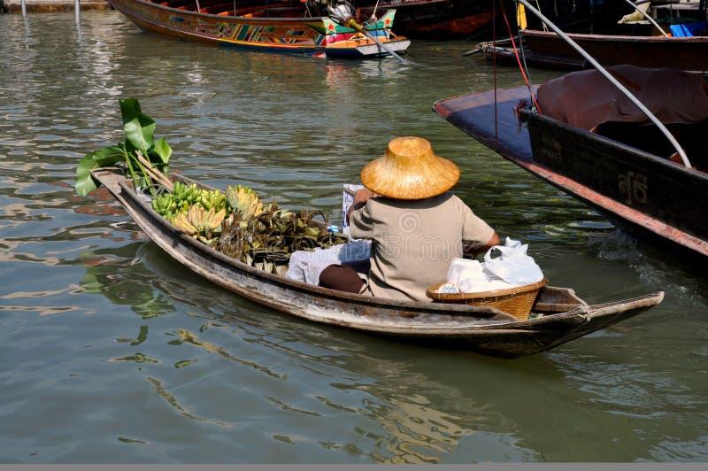 Amphawa, Thaïlande : Femme au marché de flottement photos libres de droits