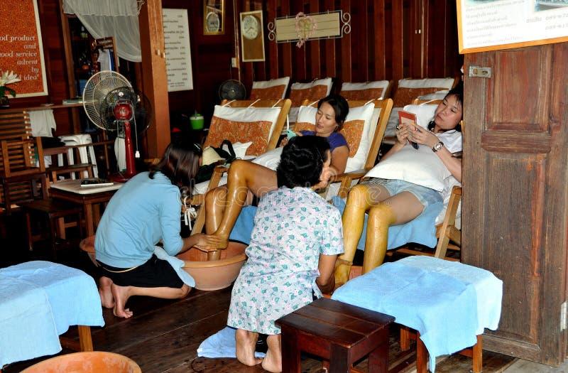 Amphawa, Thaïlande : Femmes obtenant le massage de pied image stock