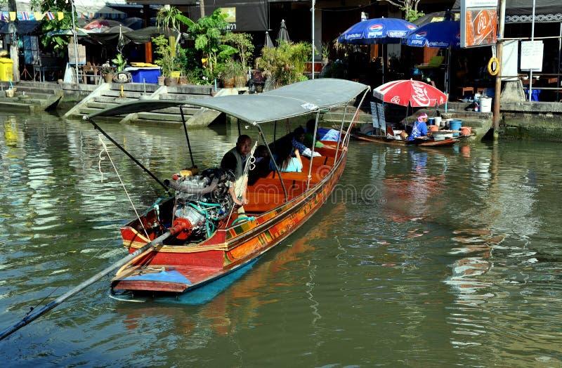 Amphawa, Thailand: Boatman op Kanaal stock afbeelding