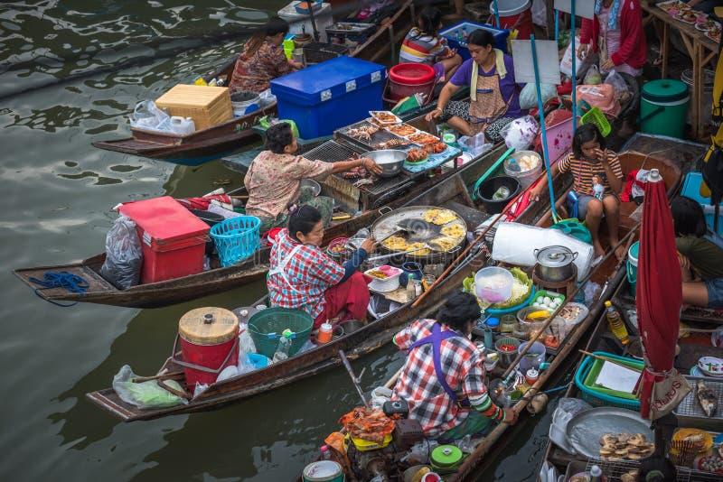 AMPHAWA THAILAND - Januari, 24, 2016: Mat stannar på Amphawa arkivfoto