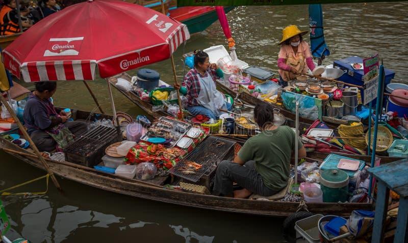 Amphawa, Thailand 22. Juli 2018: Kochen auf Booten an einem Schwimmen lizenzfreie stockfotos