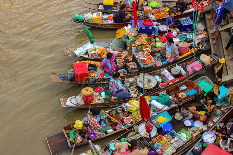 Amphawa, Thailand-Mei 14 Boten in Amphawa-het drijven Markt, 110 km van Bangkok, beroemdste het drijven markt en culturele toeris stock fotografie