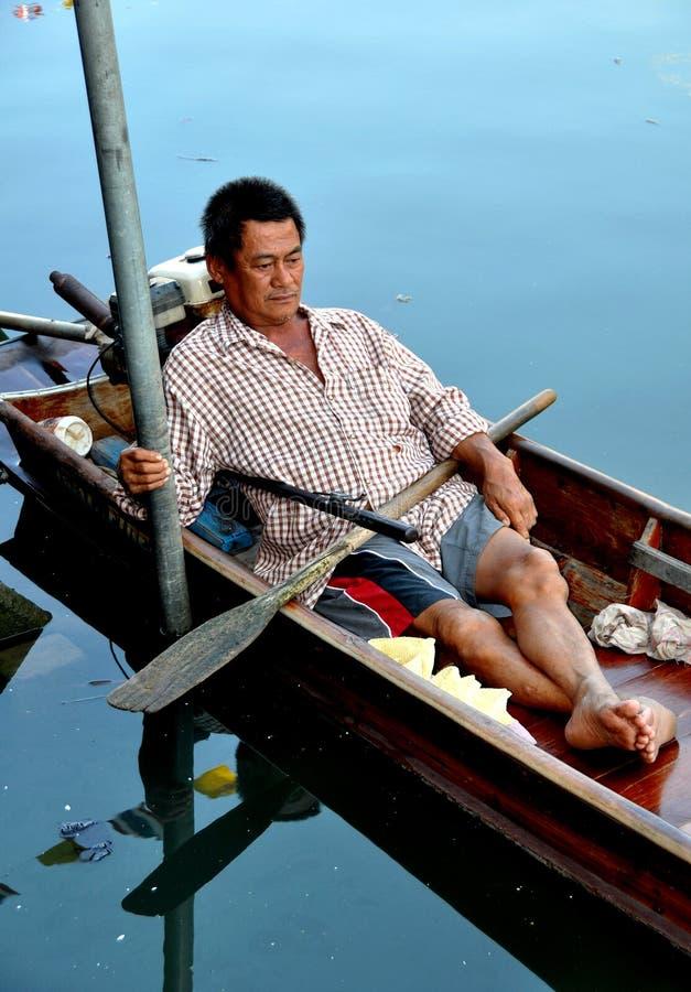 Amphawa, Thailand: Rustende Boatman op Kanaalschip stock afbeelding