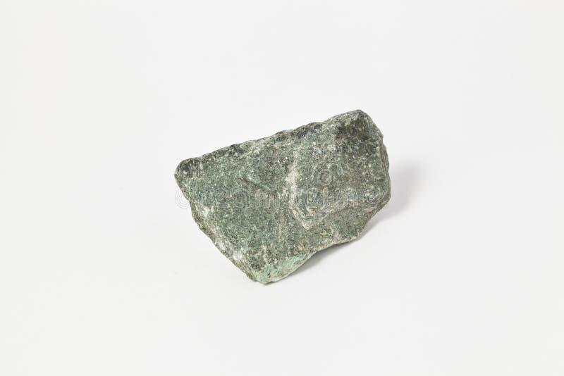 Amphibolite verde do minério no fundo branco imagens de stock