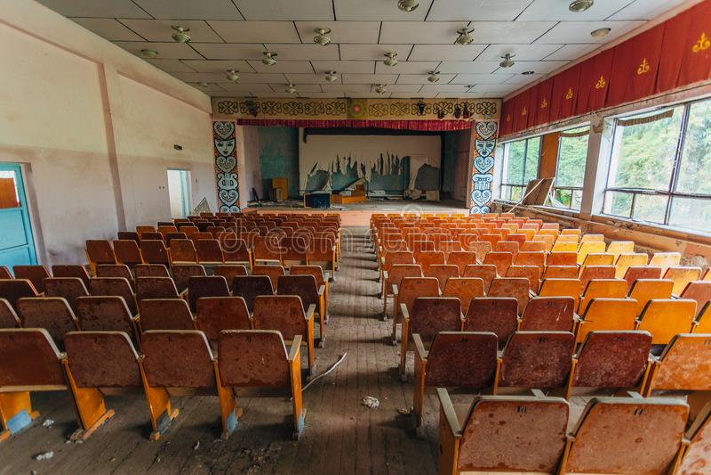 Amphithéâtre abandonné de vieux cinéma et salle de concert soviétiques photos libres de droits