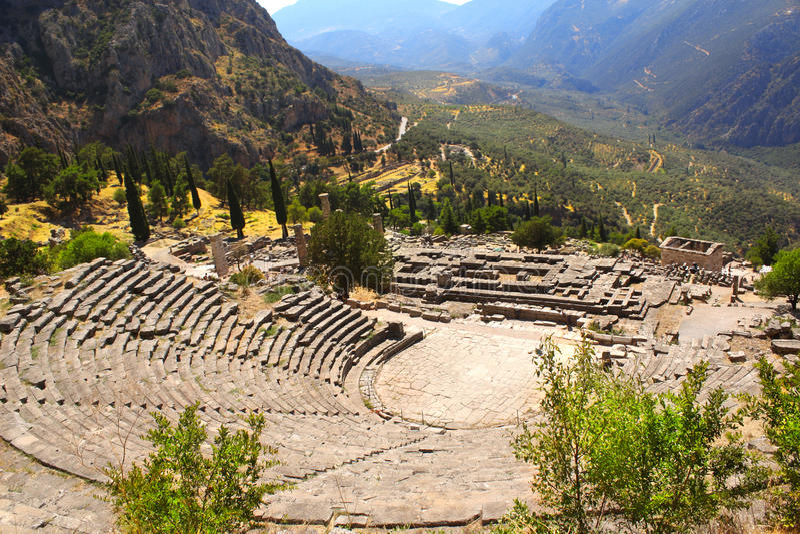 Amphithéâtre antique et ruines de temple d'Apollo à Delphes, GR photographie stock