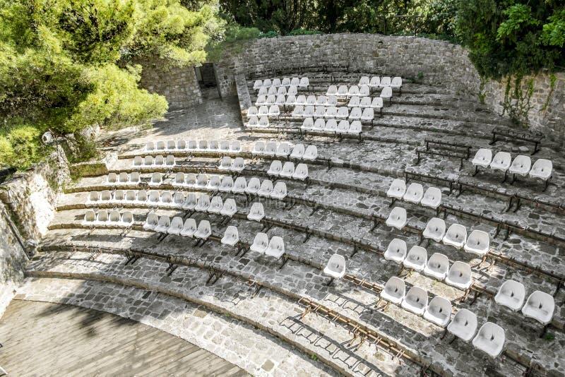 Amphithéâtre avec l'allocation des places dans une forteresse dans la vieille ville de la barre image libre de droits