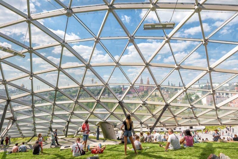 Amphithéâtre avec le dôme en verre en parc de Zaryadye, Moscou photos libres de droits