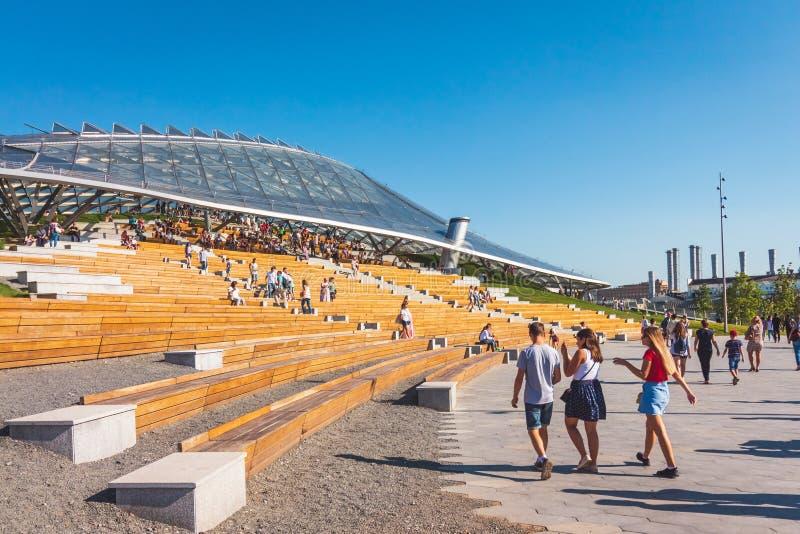 Amphithéâtre en parc Zaryadye avec des touristes Moscou, Russie photo libre de droits