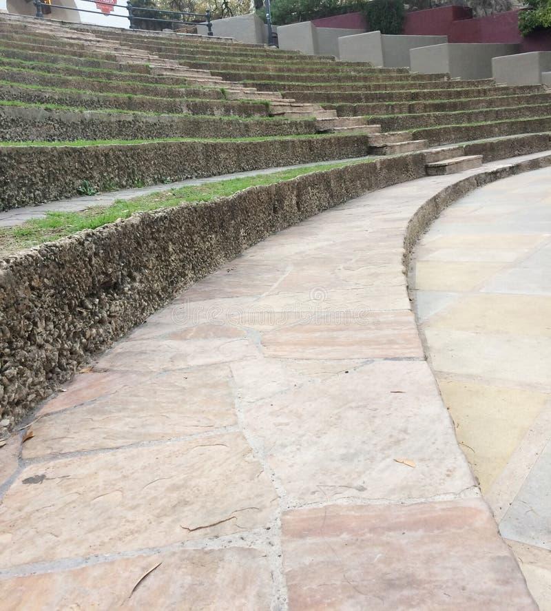 Amphithéâtre extérieur avec les sièges moussus image libre de droits