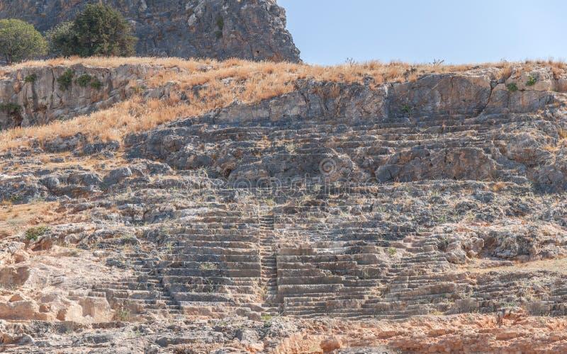 Amphithéâtre grec d'architecture archéologique antique dans la ville Lindos images libres de droits