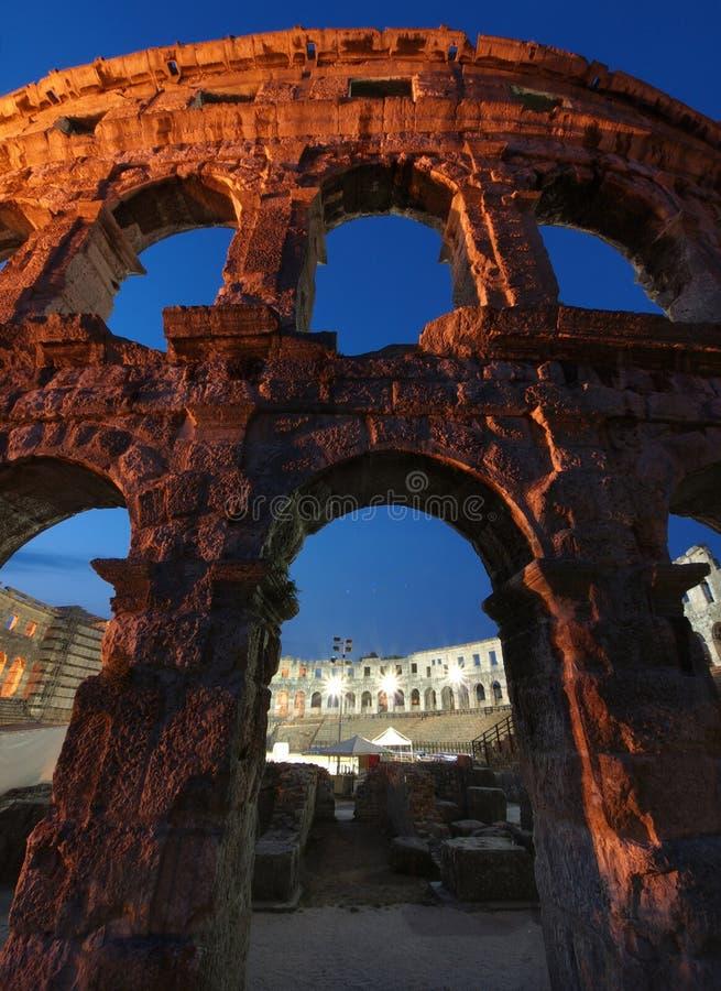 Amphithéâtre romain antique au crépuscule photo stock