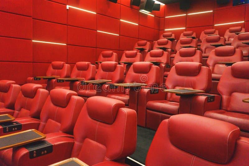 Amphithéâtre vide de salle de cinéma avec la chaise confortable en cuir rouge photos libres de droits
