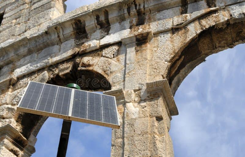 Amphitheater in den Pula, Kroatien mit in vorderem Solar stockfotografie