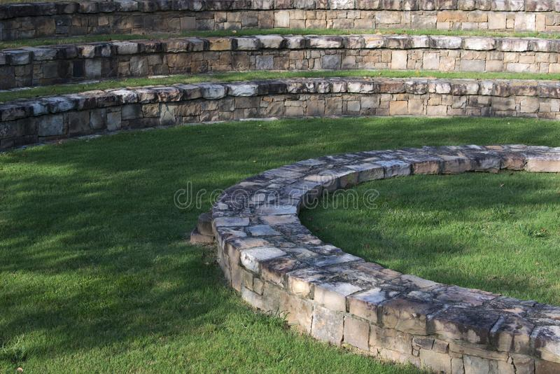 Amphitheater mit grasartigem Rasen stockbilder