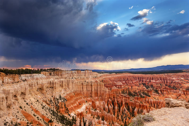 Amphitheater-Sonnenuntergang-Inspirations-Punkt Bryce Canyon National Park Utah stockfotos