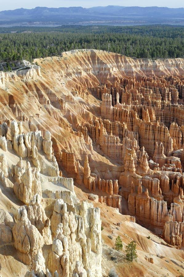 Amphittheaterongeluksboden zoals die van Inspiratiepunt worden gezien in Bryce Canyon National Park stock afbeeldingen