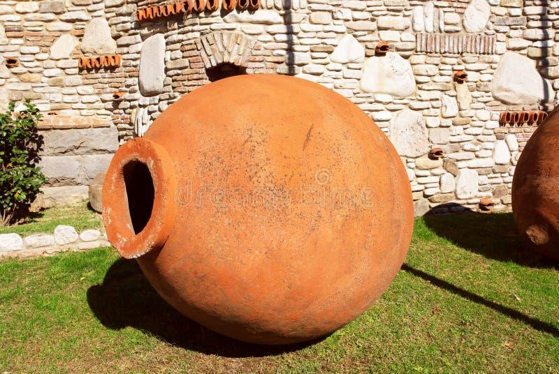 Amphorae Kvevri, nave del vino delle terraglie per la fermentazione, lo stoccaggio e l'invecchiamento del vino nel paese di Georg fotografia stock libera da diritti