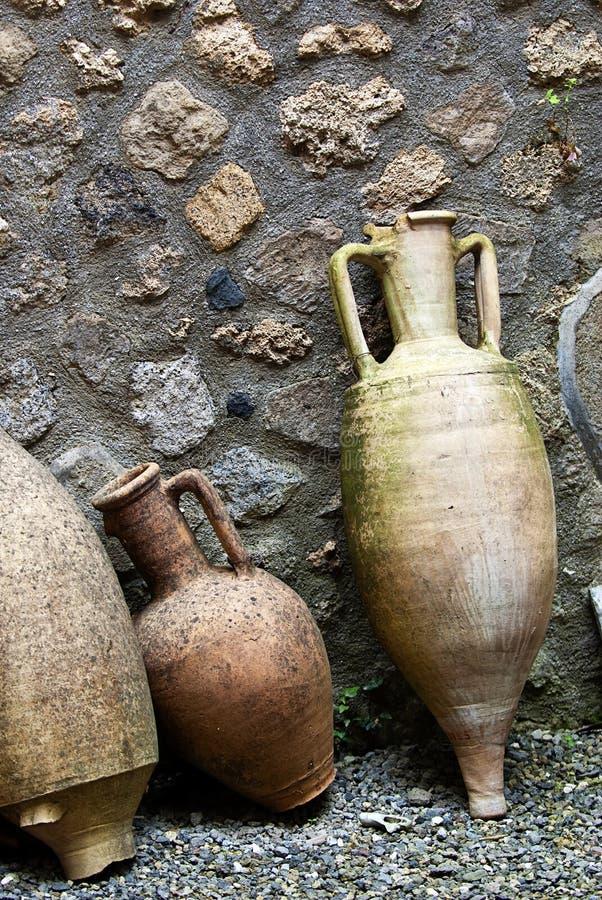 Amphorae romanos antigos em Pompeii imagens de stock royalty free