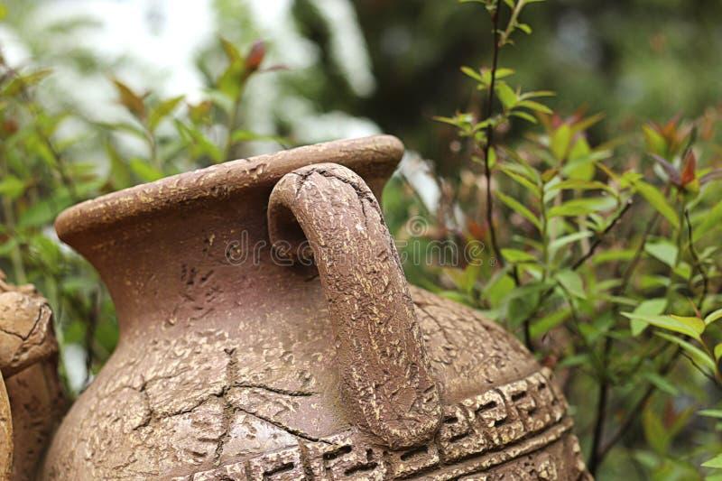 Amphore antique dans le jardin image stock