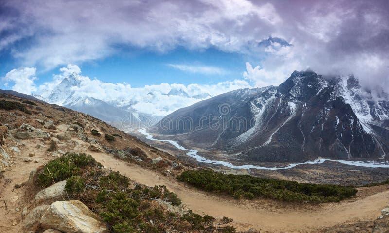 Amphu Gyabjen en Ama Dablan-piekenmeningen met wolken, Everest-trek van het basiskamp, Nepal stock afbeeldingen
