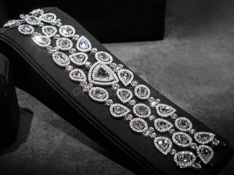 Ampia collana fatta di oro bianco con i diamanti sopra immagini stock libere da diritti