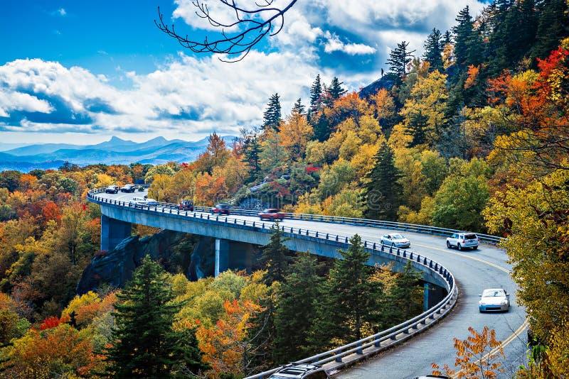 Ampia curva di Linn Cove Viaduct durante l'autunno immagine stock