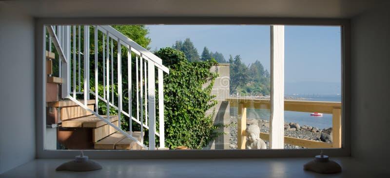 Ampia finestra stretta ai punti che conducono ad una spiaggia fotografia stock