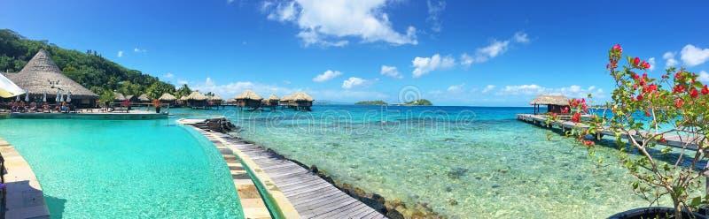 Ampia immagine della località di soggiorno in Bora Bora, Polinesia francese immagine stock