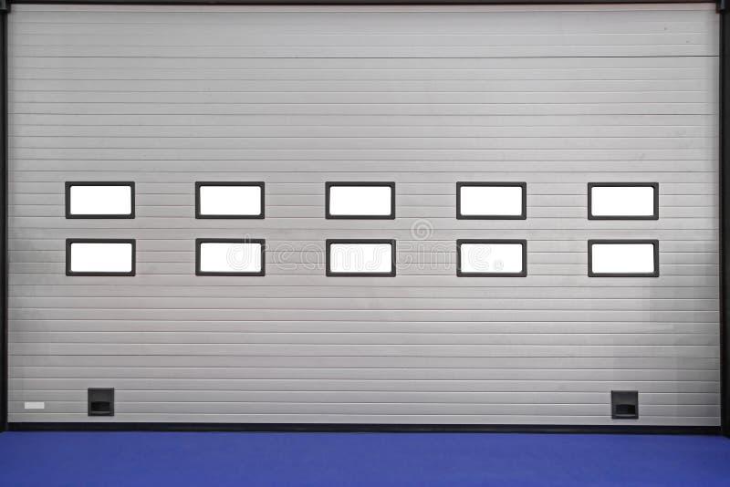 Ampia porta del garage fotografia stock