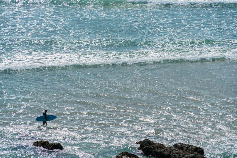 Ampia spiaggia della spuma di immagine di sfondo con il surfista fotografia stock